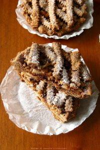 Crostatine al cioccolato con pere e amaretti