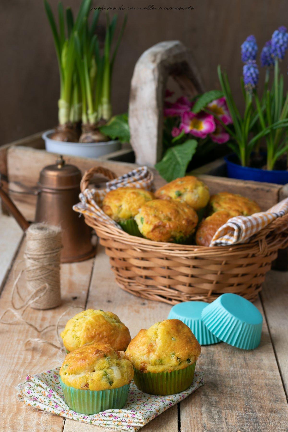 Muffin salati con piselli, prosciutto e emmental