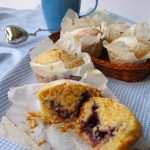 Muffin integrali con cocco, limone e confettura di mirtilli (senza uova e burro)