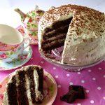 Torta al cioccolato con confettura di lamponi e panna