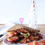 Sandwich di pane di segale con coppa piacentina, gruyère, pomodori, scarola e radicchio