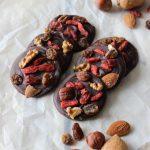 Mendiants: cioccolatini con frutta secca e bacche si goji