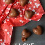Cuori al cioccolato con ripieno di salsa al caramello