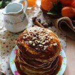 Pancakes integrali con albumi, spremuta di arance e sciroppo di arancia