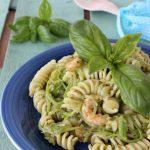 Insalata di pasta: fusilli con zucchine pesto e gamberetti