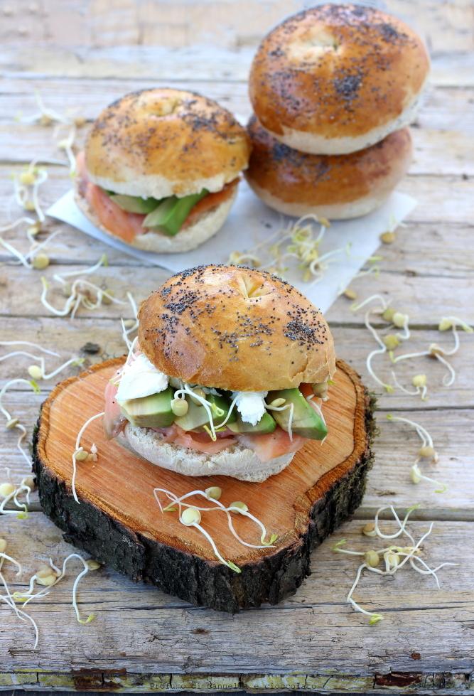 Bagel con salmone affumicato formaggio spalmabile e avocado (10)