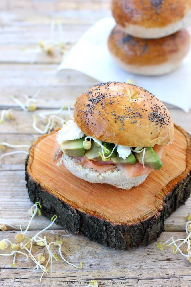 Bagel con salmone affumicato formaggio spalmabile e avocado (2)