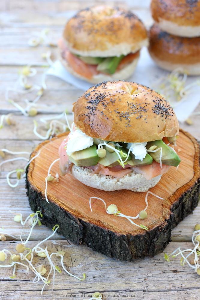 Bagel con salmone affumicato formaggio spalmabile e avocado (3)