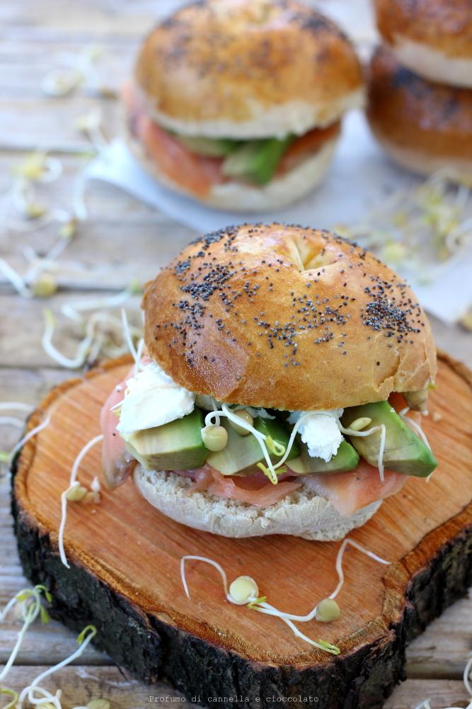 Bagel con salmone affumicato formaggio spalmabile e avocado (5)