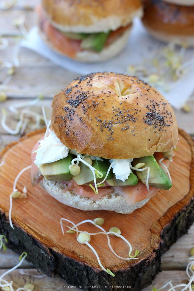 Bagel con salmone affumicato formaggio spalmabile e avocado (7)