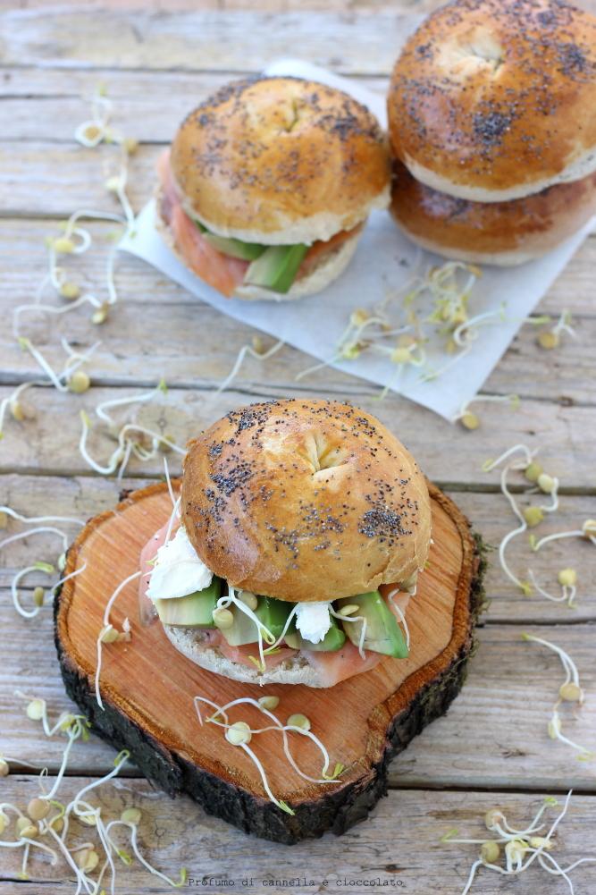 Bagel con salmone affumicato formaggio spalmabile e avocado (8)