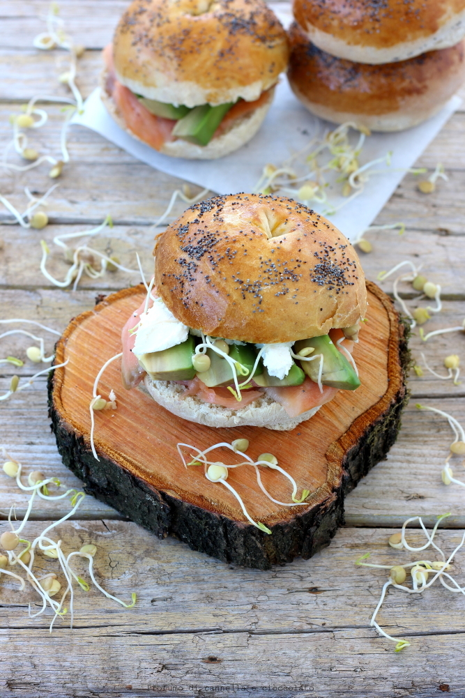 Bagel con salmone affumicato formaggio spalmabile e avocado (9)