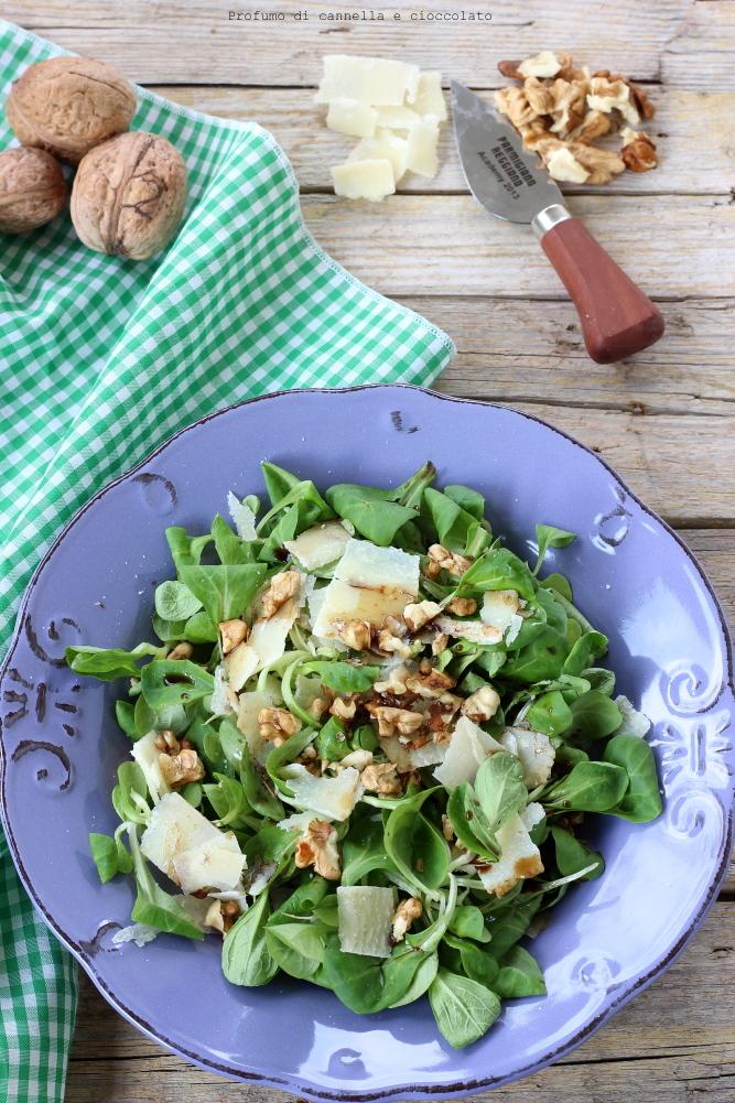 Insalata di songino con noci, grana e aceto balsamico