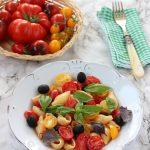 Insalata di pasta pomodori, mozzarella e olive