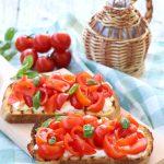 Bruschette con pomodorini, basilico e stracciatella