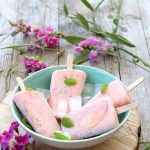 Frozen yogurt popsicles alla fragola e pesca