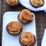 Crostatine al cacao con crema pasticcera e rose di mela caramellate