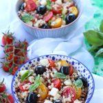 Insalata di cereali con pomodori, olive, e mozzarella