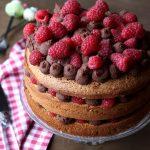 Naked cake con crema al cioccolato e lamponi