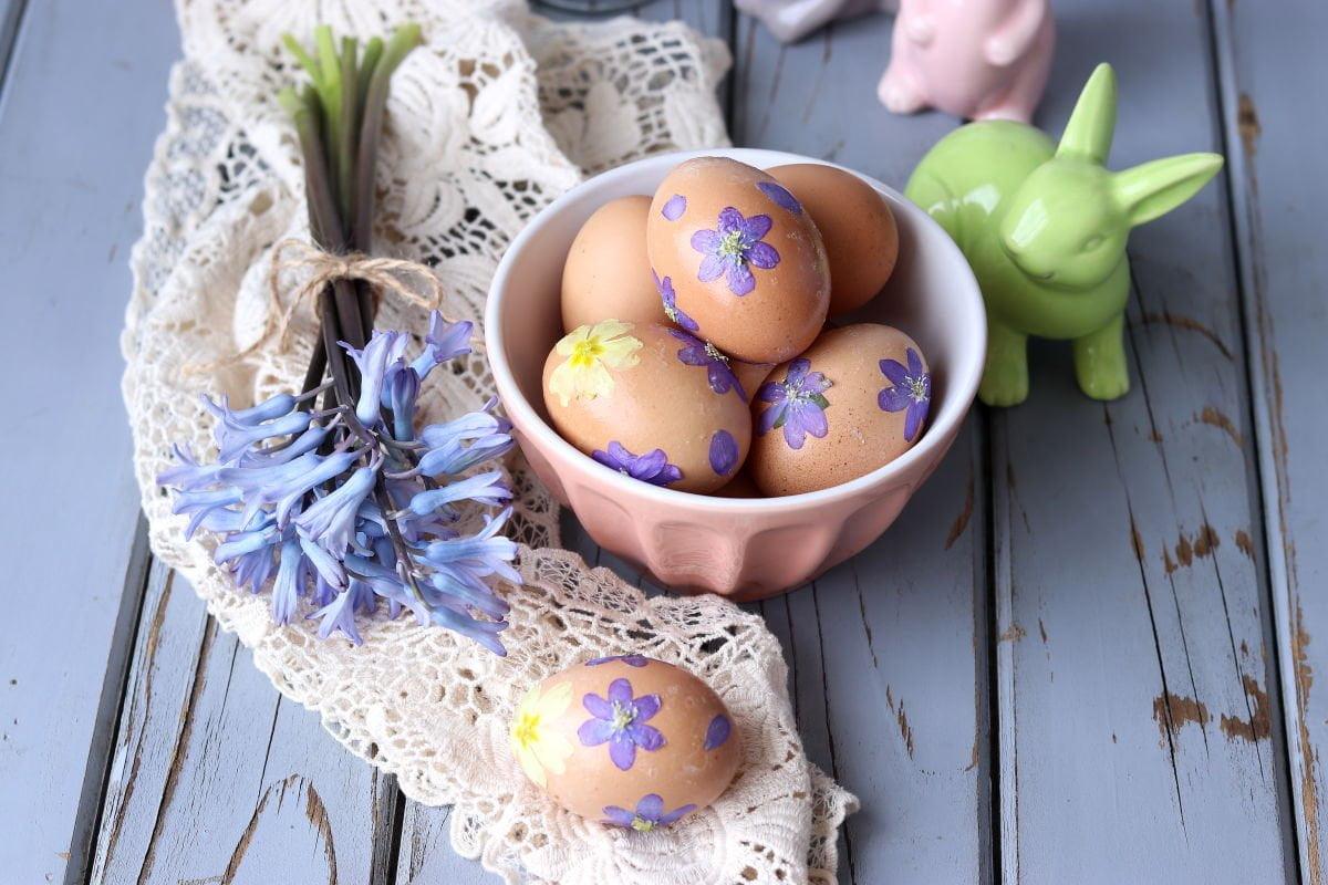 uova sode deocrate con fiori