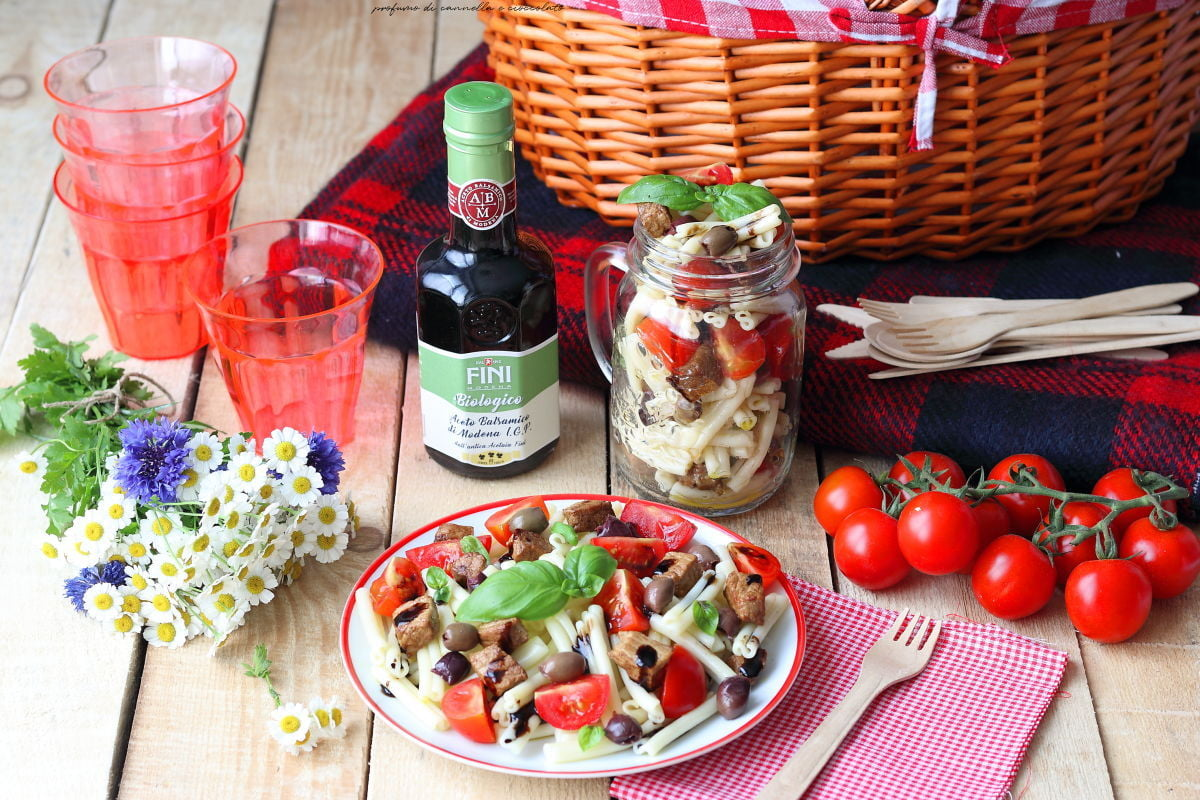 Insalata di pasta con pomodori olive e bocconcini di maiale