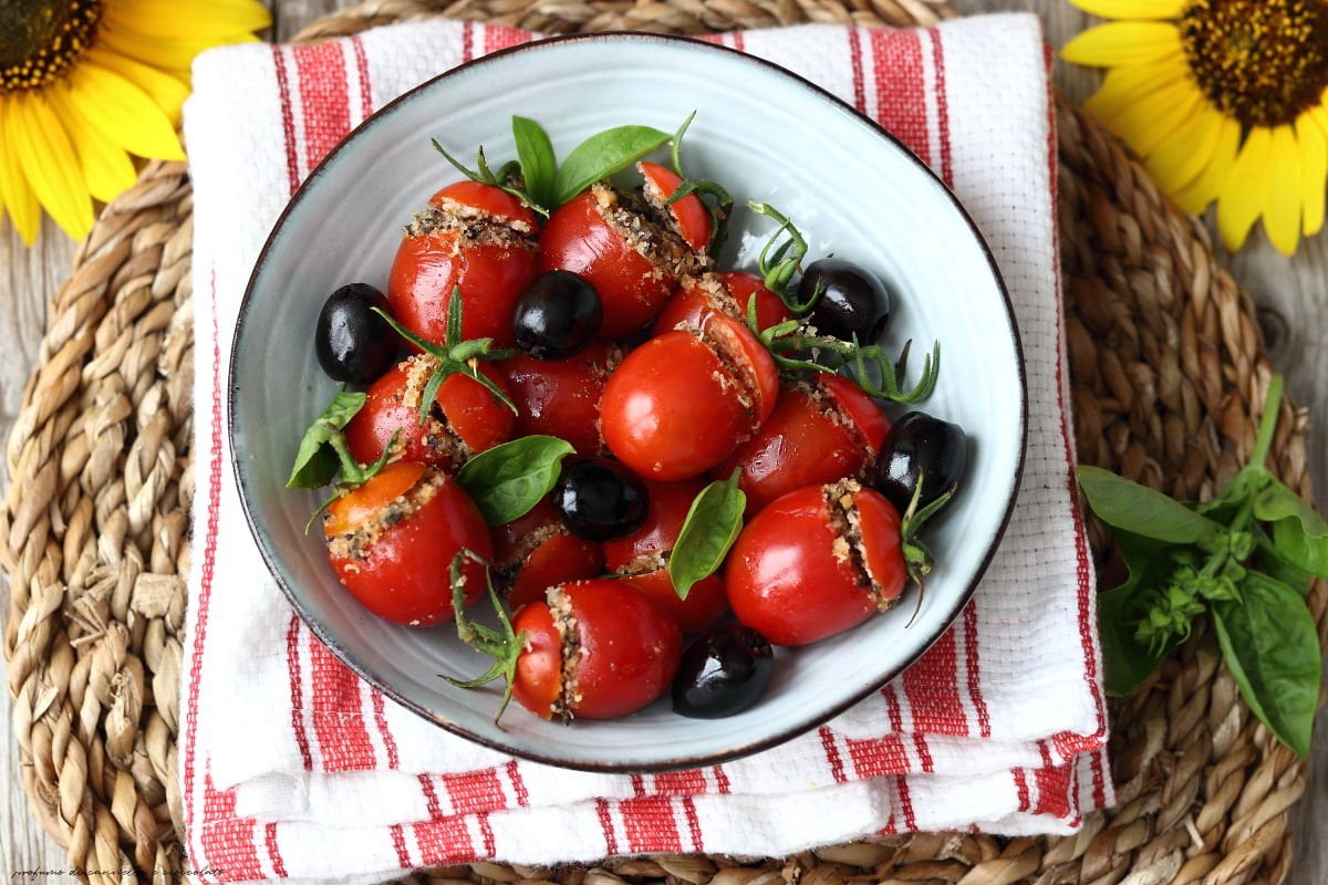 Pomodorini ripieni olive nere e pangrattato