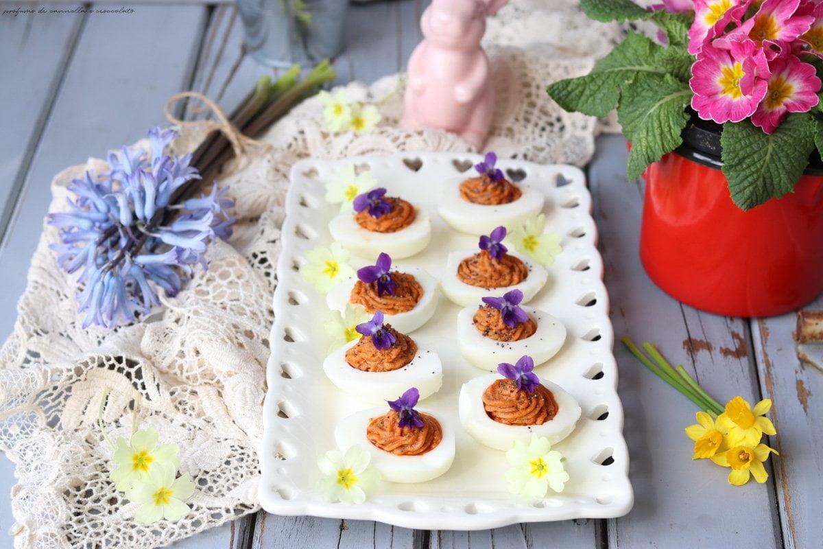 Uova farcite pomodori secchi e capperi