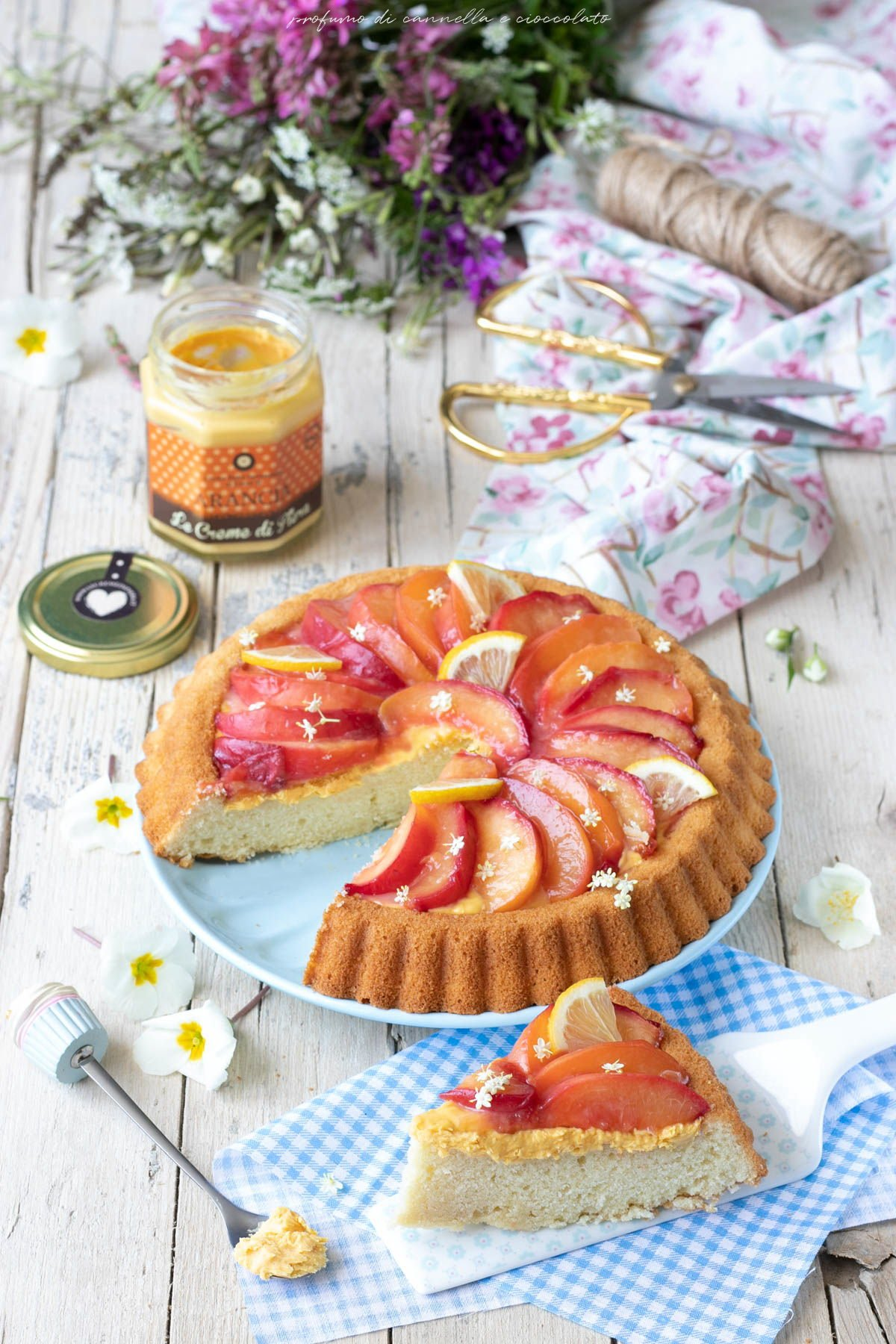 Crostata alta e soffice con crema all'arancia e pesche caramellate