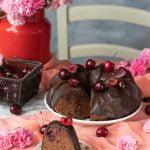Ciambella glassata cioccolato e ciliegie