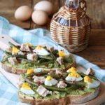 Bruschette con fagiolini uova e tonno