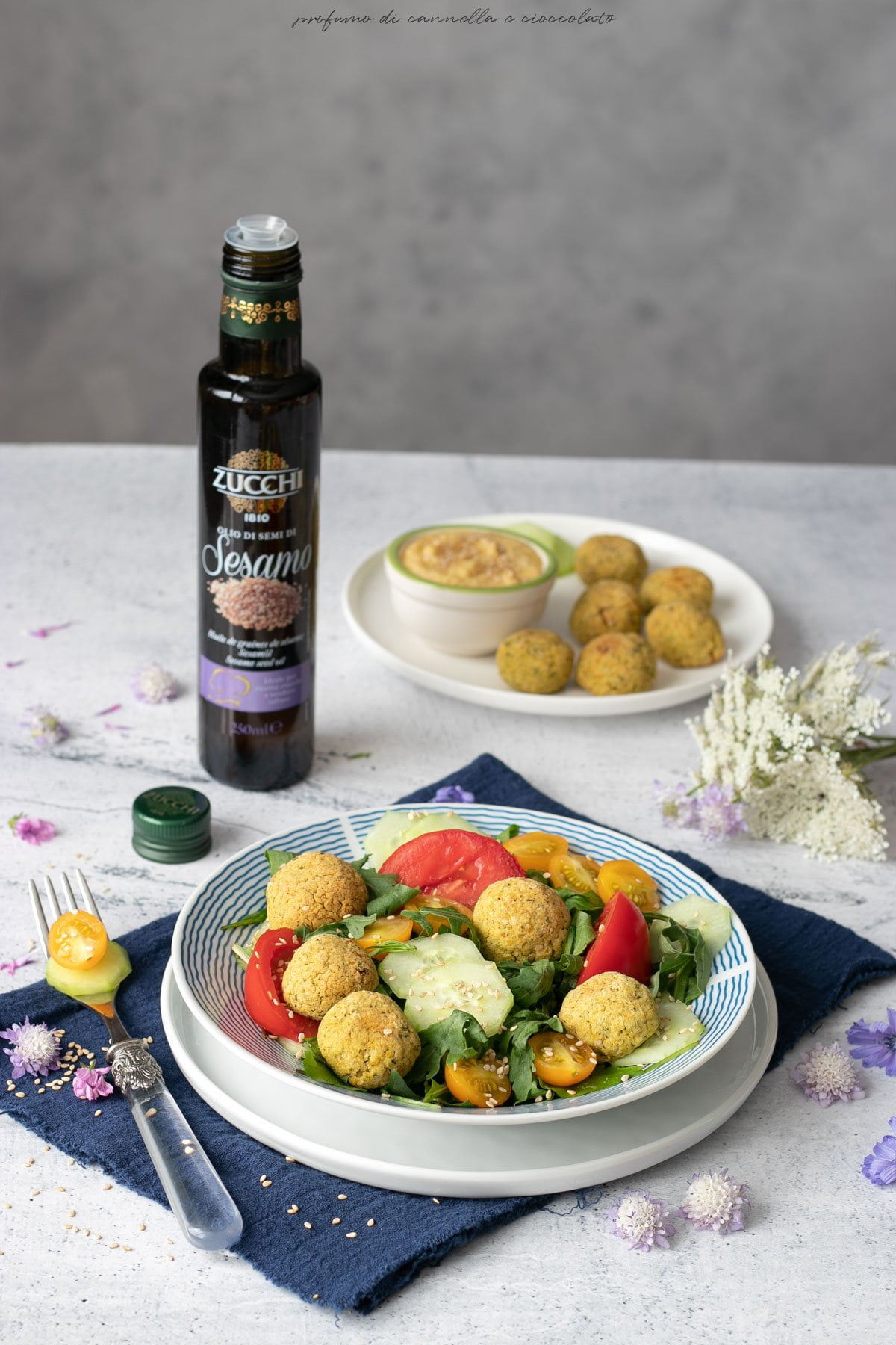 Insalata di pomodori cetrioli falafel e hummus