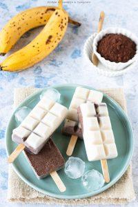 Gelato su stecco banana yogurt e cacao