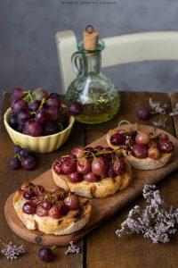 Bruschette con uva al forno