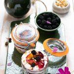 Coppette con muesli, crema di ricotta e frutta